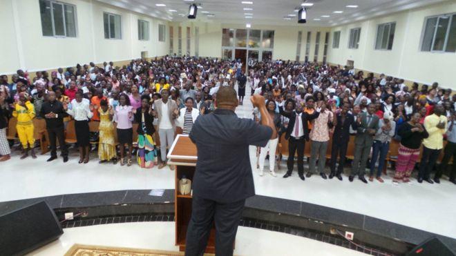 IURD Angola - Pastores da Universal de Angola rompem com Edir Macedo e tomam controle de igrejas
