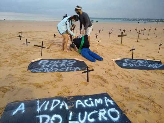 WhatsApp Image 2020 06 07 at 07.22.37 - Manifestantes colocam cruzes nas areias da Praia de Tambaú em protesto ao governo Bolsonaro