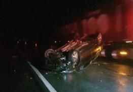 Homem morre após ser arremessado de carro e atropelado por caminhão na BR-230