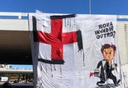 Charge que irritou Bolsonaro é transformada em faixa gigante por manifestantes de Brasília