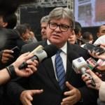joão - João Azevedo critica politicagem e uso de fake news sobre ações do governo durante pandemia de coronavírus