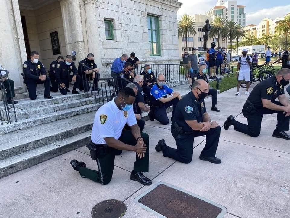 Polícia de Miami se ajoelha e reza em protesto contra morte de Floyd
