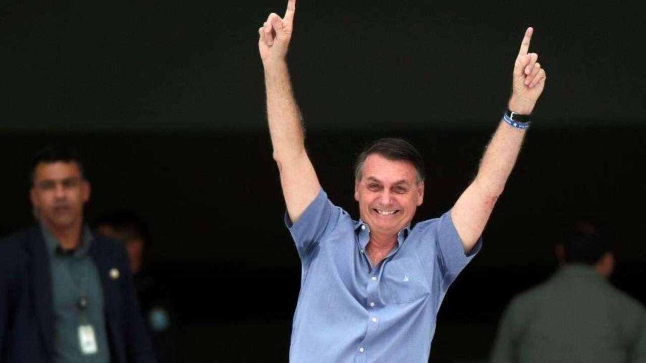 presidente jair bolsonaro acena para apoiadores em frente ao palacio do planalto 1587243937336 v2 900x506 1280x720 1 - Governadores recebem aviso: entre eles e Bolsonaro, PMs ficam com presidente