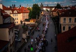 República Tcheca celebra fim do lockdown com jantar comunitário