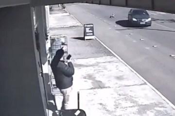 Câmera flagra momento em que criança cai de carro em movimento; VEJA VÍDEO