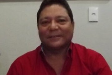 Corpo de vereador recebe homenagem ao som de Tom Oliveira e aplausos, durante enterro em Alagoa Grande