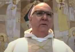 Missa é interrompida por assaltantes e padre pede ajuda: 'Chamem a polícia'; VEJA VÍDEO