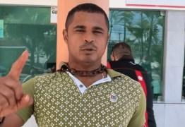 Em João Pessoa, homem se acorrenta em frente a hospital para conseguir cirurgia para o pai
