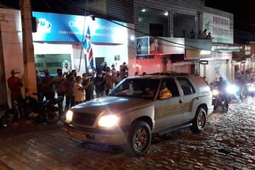 Ao som de Tom Oliveira e aplausos, corpo de vereador recebe homenagem durante enterro em Alagoa Grande – VEJA VÍDEO