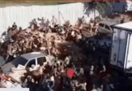 Caminhão frigorífico com carne é saqueado por multidão em favela