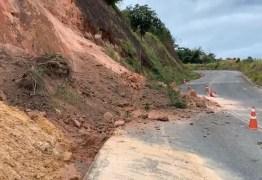 Barreira desliza na PB-008, em Jacumã, e deixa faixa da pista bloqueada