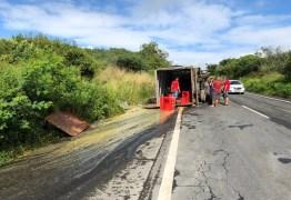 Caminhão tomba após acidente em trecho da BR-230, na Paraíba