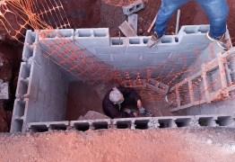 SEM SINALIZAÇÃO: deficiente visual cai dentro de buraco aberto de obra, ao sair do trabalho