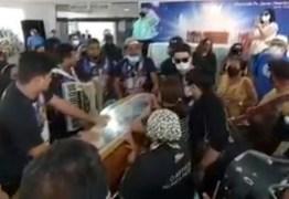 Parentes e amigos homenageiam Pinto do Acordeon tocando forró durante velório – VEJA VÍDEO