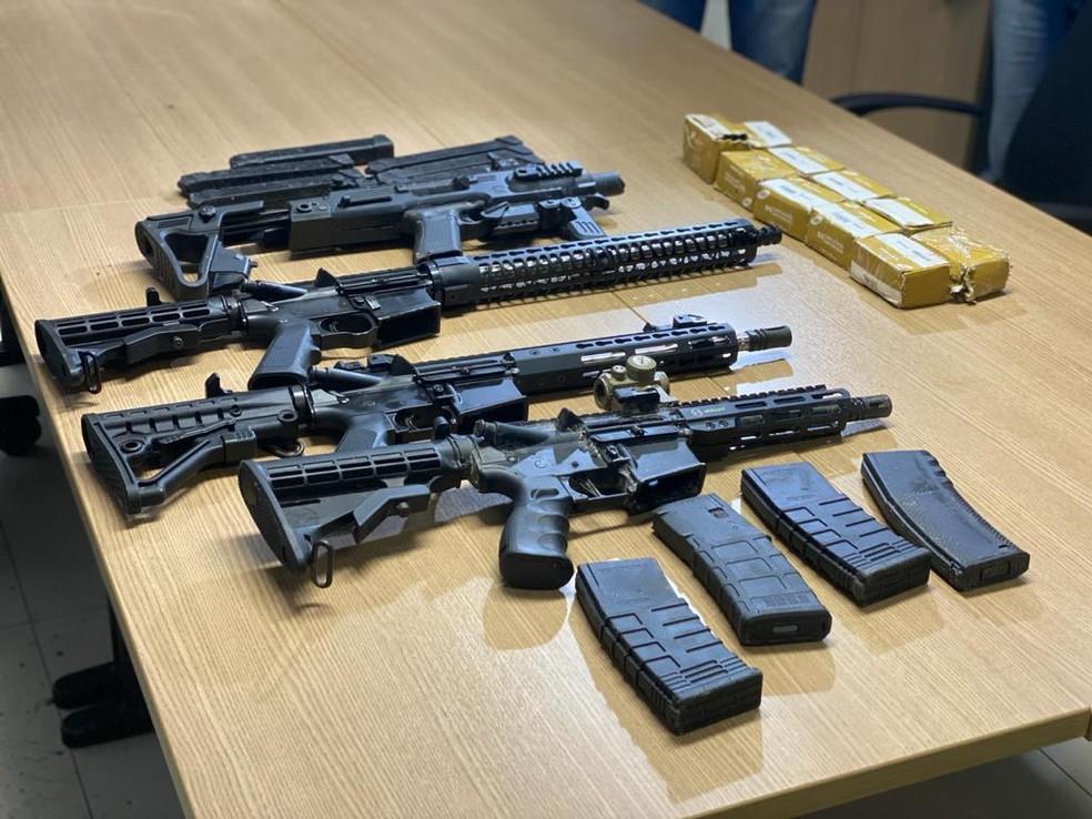 fuzis apreendidos - Operação prende arsenal de grosso calibre e trio comandado para realizar roubos e tráfico