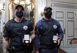 Guardas humilhados por desembargador ganham medalha por conduta exemplar
