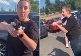 Mulher branca aponta arma e ameaça família negra nos EUA