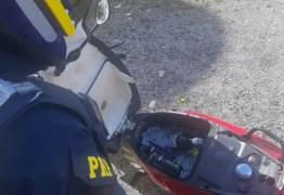 PRF flagra motoqueiro embriagado usaando compartimento da moto como cooler