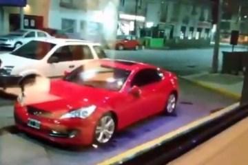 noiva abandonada destroi carro esportivo de traidor com pa 23062020134646632 - Noiva abandonada destrói carro esportivo de 'traidor' com pá