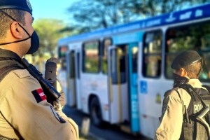 policia onibus 300x200 - Operação da Polícia Militar reforça a segurança durante a retomada da circulação dos ônibus em João Pessoa e Campina Grande