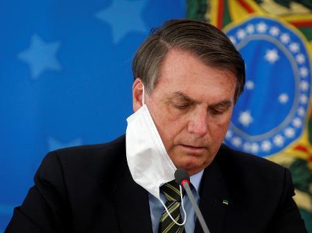 presidente jair bolsonaro durante entrevista coletiva em brasilia 1593776458576 v2 450x337 - Para provar que está bem, Bolsonaro retira a máscara para falar