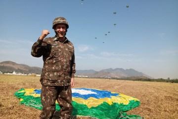 11742 8646C5E225C655FD - DESPEDIDA: Ministro Luiz Eduardo Ramos salta de paraquedas - VEJA VÍDEO