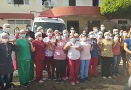 EMOÇÃO: Servidores do hospital de Cajazeiras se despedem da enfermeira Maria Abreu