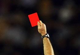 Tossir em adversário poderá render cartão vermelho no futebol