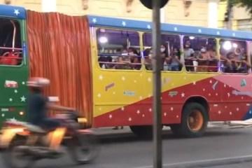"""Capturar 15 - Em plena pandemia, """"trenzinho da alegria"""" circula com jovens e crianças fazendo festa em Cajazeiras – VEJA VÍDEOS"""