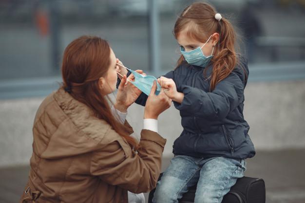 criança de máscara - Paraíba registra aumento no número de casos de síndrome que atinge crianças infectadas pelo coronavírus