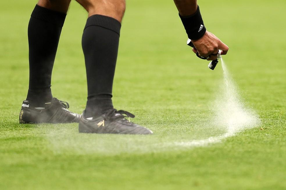 """gettyimages 978798834 - Defesa do inventor do spray recorre contra decisão a favor da Fifa e promete """"reverter cenário"""""""