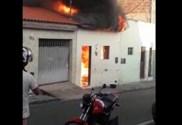 Casa fica completamente destruída após incêndio em Campina Grande – VEJA VÍDEO