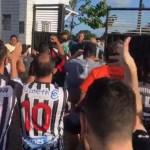 protestos no botafogo - PROTESTO: Torcedores do Botafogo-PB pedem renúncia da diretoria e saída de Léo Moura