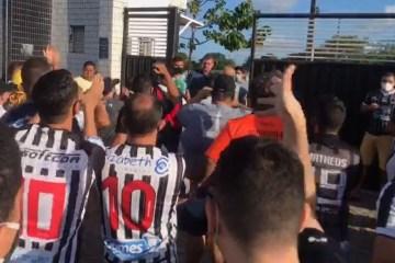 PROTESTO: Torcedores do Botafogo-PB pedem renúncia da diretoria e saída de Léo Moura