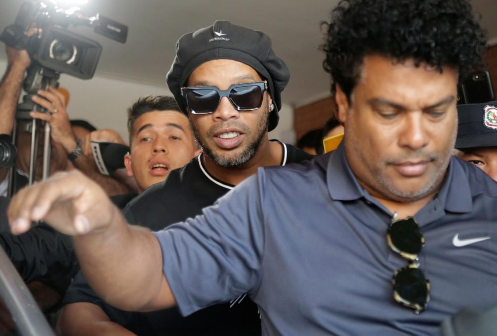 ronaldinho apos depoimento - Investigação do caso Ronaldinho é concluída e ex-jogador pode retornar ao Brasil em breve