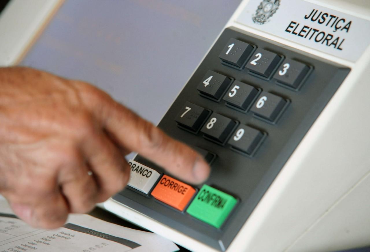 urna 1 - Eleições deste ano podem durar 1h a mais e ter horário reservado a idosos