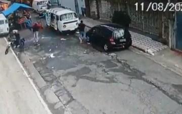 vídeo - Ladrão é morto ao tentar assaltar família dentro de carro
