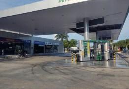 Suspeitos rendem frentista e roubam dinheiro do cofre de posto de combustível, em João Pessoa