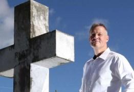 'Sou um confessor de caixão': conheça o homem que é pago para revelar segredos dos mortos durante seus funerais