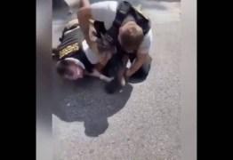 Policiais espancam brutalmente homem negro por não estar com RG – VEJA VÍDEO