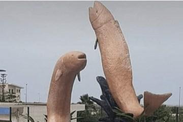Moradores ficam revoltados com estátuas estranhas de peixes gigantes