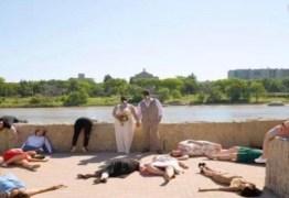 Convidados fingem que estão mortos em fotos de casamento na pandemia