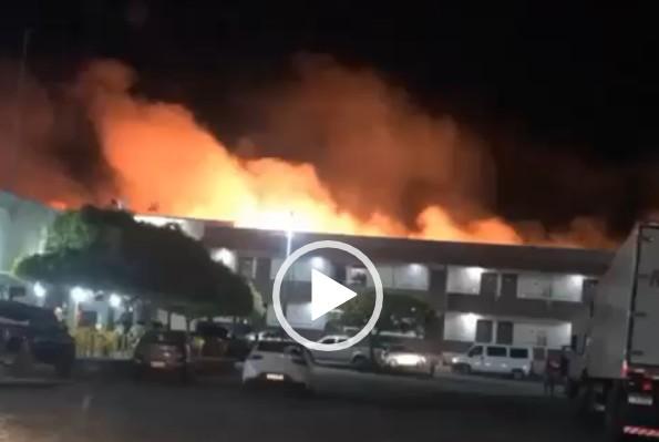 Capturar 12 - Incêndio em Cajazeiras: Corpo de Bombeiros é acionado para evitar que fogo atingisse Hotel Papa Léguas - VEJA VÍDEOS