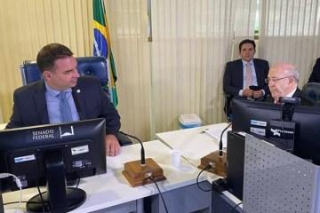 Flávio Bolsonaro dá posse a Ney Suassuna no Senado: 'uma honra'