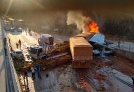ACIDENTE GRAVE: Carreta atinge 5 veículos, deixa 2 mortos e fere 8 na BR-381