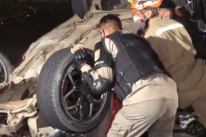 acidente br 230 300x200 - Capotamento atinge motociclista e deixa duas pessoas ferida na BR-230, em João Pessoa