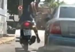 Motociclista discute com motorista, chuta e quebra retrovisor de carro