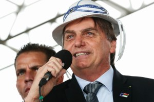 bolsonaro de chapeu 300x200 - Diretor-geral da ANEEL confirma visita de Bolsonaro à Paraíba na próxima semana