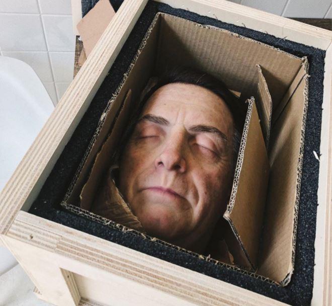 """cabeça1 - Empresa causa polêmica após """"produzir"""" cabeça degolada de Jair Bolsonaro"""