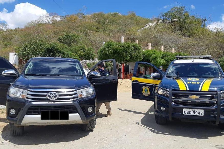 PRF prende homem com pistola e caminhonete de luxo roubada, em Queimadas